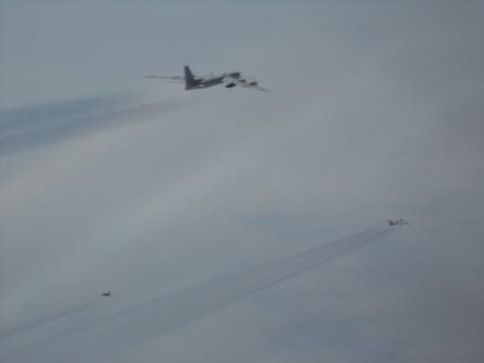 F-22 của Mỹ chặn 6 máy bay ném bom và chiến đấu của Nga - ảnh 2