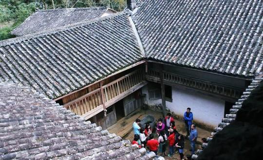 Sửa sai, Hà Giang trả lại sổ đỏ dinh thự vua Mèo cho gia tộc họ Vương - Ảnh 1.