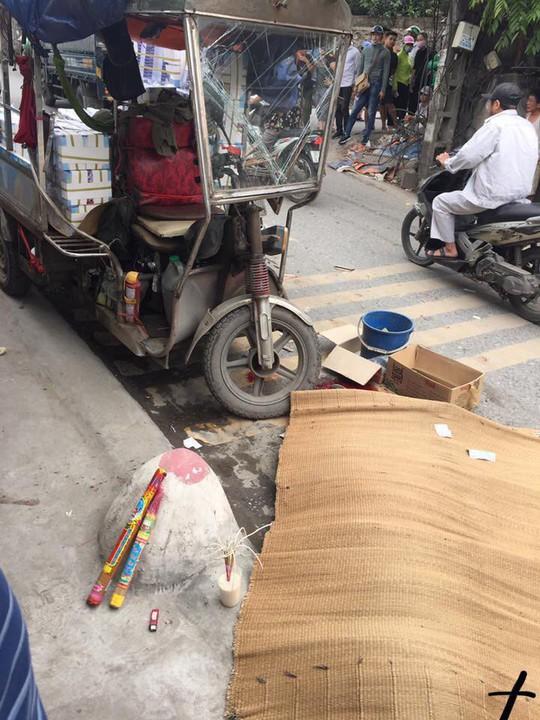 Va chạm, người đàn ông đi xe máy bị xe 3 bánh lật nghiêng đè tử vong - Ảnh 1.