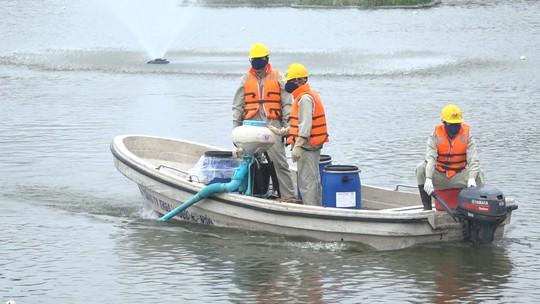 Hà Nội nói gì về chế phẩm xử lý nước độc quyền và vụ 200 tấn cá chết trắng hồ Tây? - Ảnh 1.
