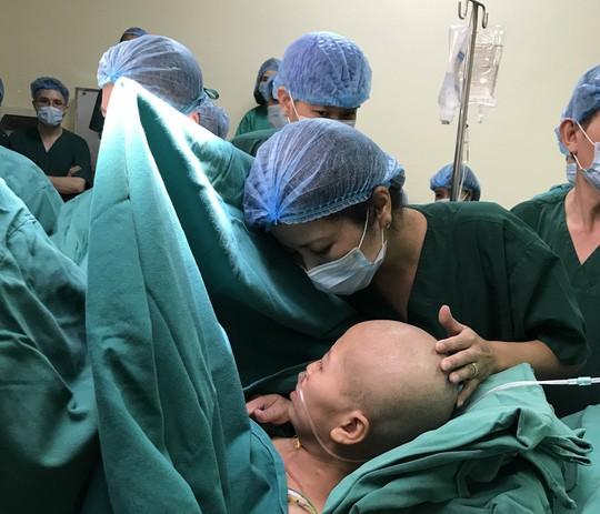 Bác sĩ trào nước mắt đón bé trai chào đời từ người mẹ bị ung thư vú giai đoạn cuối - Ảnh 3.