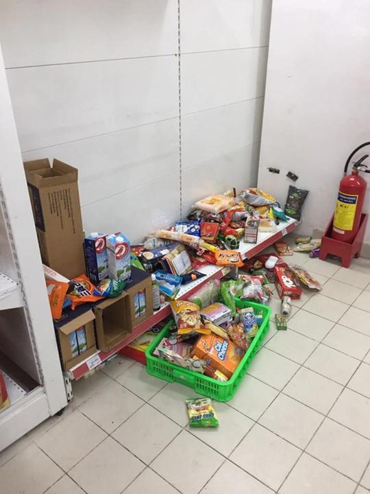 Nhân viên Auchan muốn khóc nhìn khách vừa mua, vừa ăn, vừa phá hàng hóa trong siêu thị - ảnh 2