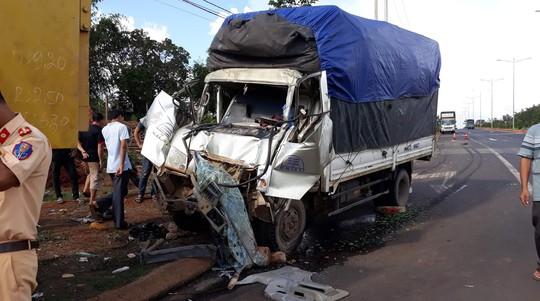 Mất thắng, tài xế đâm vào xe ben để tránh nhiều người chờ đèn đỏ - Ảnh 2.