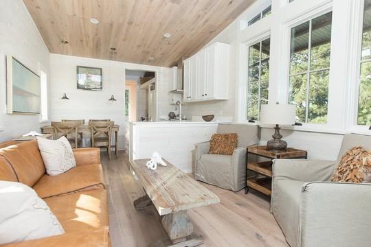 Ngôi nhà nhỏ nằm giữa đồng cỏ ghi điểm bởi nội thất mộc mạc và ấm cúng - Ảnh 1.