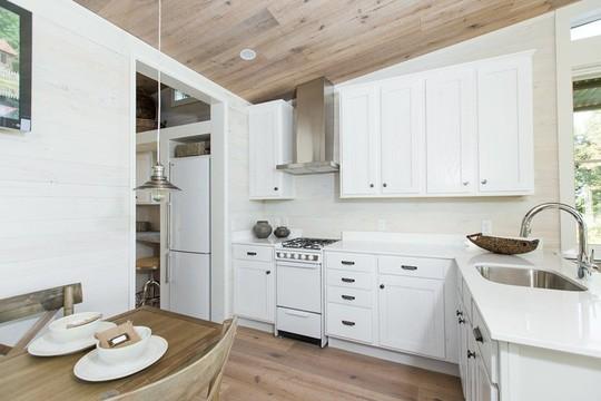 Ngôi nhà nhỏ nằm giữa đồng cỏ ghi điểm bởi nội thất mộc mạc và ấm cúng - Ảnh 2.
