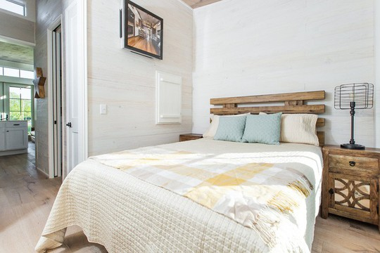 Ngôi nhà nhỏ nằm giữa đồng cỏ ghi điểm bởi nội thất mộc mạc và ấm cúng - Ảnh 3.