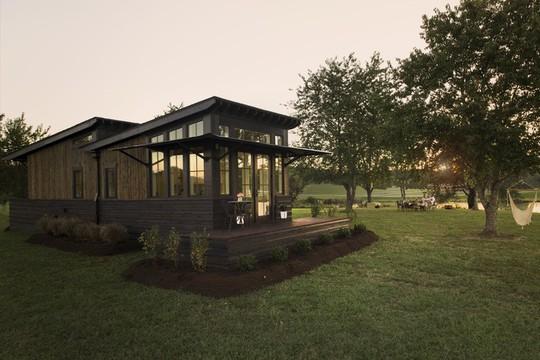 Ngôi nhà nhỏ nằm giữa đồng cỏ ghi điểm bởi nội thất mộc mạc và ấm cúng - Ảnh 6.