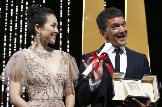 Chương Tử Di khoe khéo vòng một ở ngày cuối Liên hoan Phim Cannes - Ảnh 4.