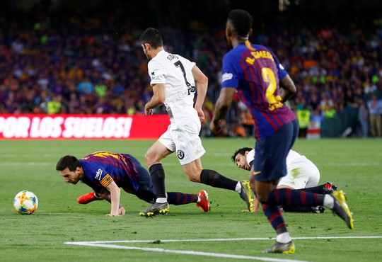 Đá bay Barcelona, Valencia nghẹt thở đoạt Cúp Nhà vua - ảnh 1