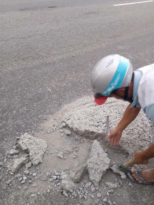 Sợ người dân gặp nạn, 2 thợ đá đục mảng bê tông gây sốt mạng xã hội - Ảnh 2.