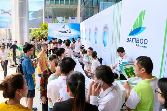 Khách đội nắng săn vé ưu đãi tại Bamboo Airways Tower - Ảnh 2.