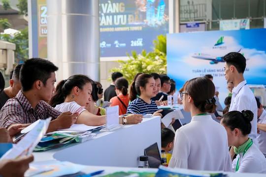 Khách đội nắng săn vé ưu đãi tại Bamboo Airways Tower - Ảnh 5.