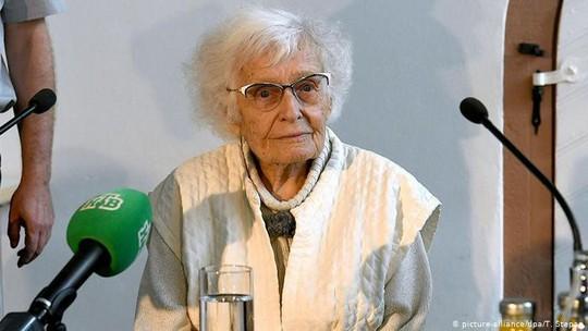 Cụ bà Lisel Heise nỗ lực vận động cử tri nhằm thực hiện mong muốn đem lại những điều tốt đẹp cho giới trẻ. Ảnh: DW