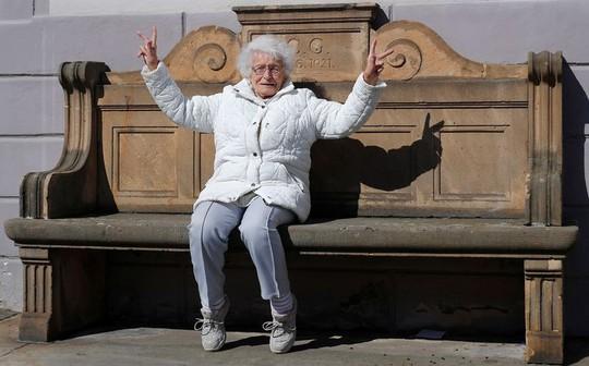 Cụ bà trăm tuổi đắc cử hội đồng thị trấn ở Đức - Ảnh 2.