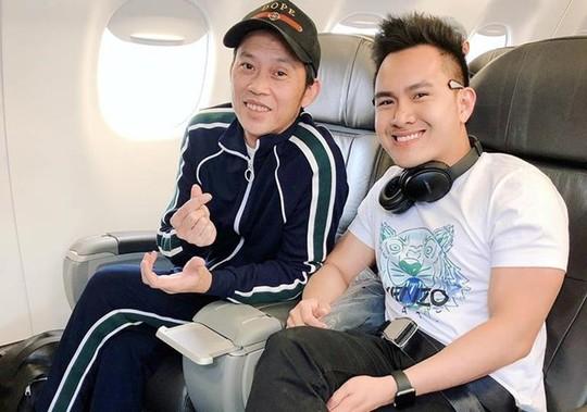 Con trai nghệ sĩ Hoài Linh đăng ảnh du lịch với cha ở Mỹ - Ảnh 1.