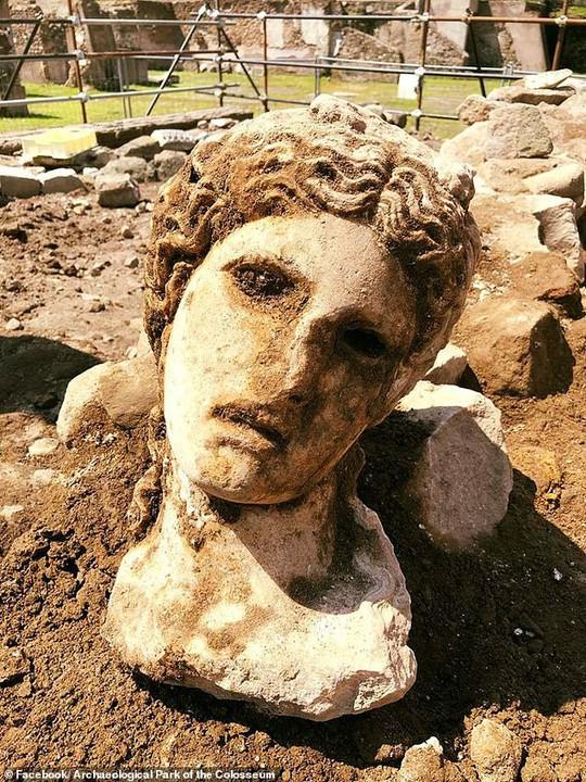 Bí ẩn chiếc đầu cẩm thạch 2.000 tuổi bị nhốt trong bức tường - Ảnh 1.