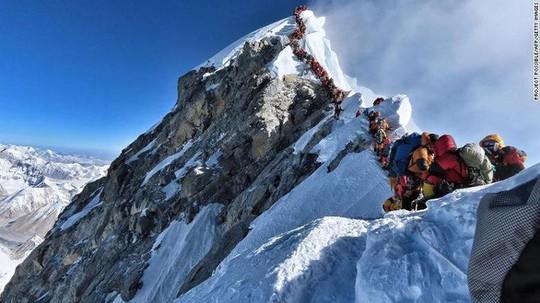 Đã có 11 người chết vì leo núi Everest từ đầu 2019, vì sao? - Ảnh 1.