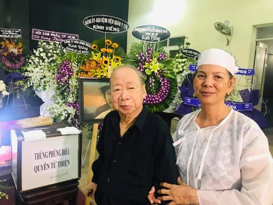 Dong nghiep va khan gia tiec thuong nghe si Le Binh
