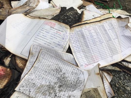 Cháy rụi kho, hàng tấn tài liệu xe buýt ở TP HCM biến thành tro - Ảnh 2.