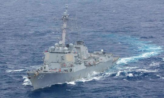 Tàu chiến Mỹ áp sát đảo nhân tạo phi pháp của Trung Quốc trên biển Đông - Ảnh 1.