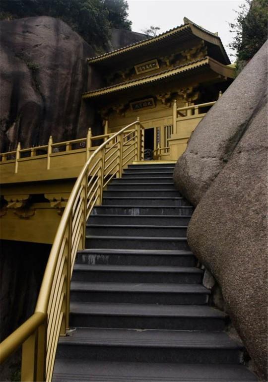 Ngỡ ngàng ngôi đền nặng 100 tấn nằm cheo leo giữa 2 đỉnh núi - Ảnh 6.