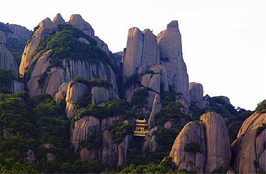 Ngỡ ngàng ngôi đền nặng 100 tấn nằm cheo leo giữa 2 đỉnh núi - Ảnh 1.