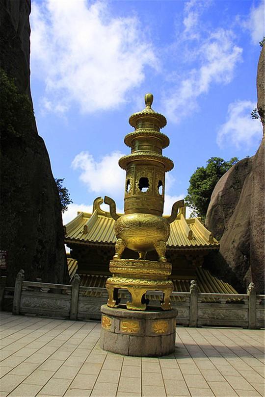 Ngỡ ngàng ngôi đền nặng 100 tấn nằm cheo leo giữa 2 đỉnh núi - Ảnh 7.