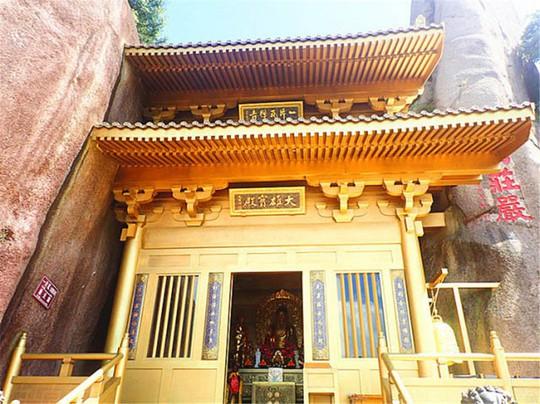 Ngỡ ngàng ngôi đền nặng 100 tấn nằm cheo leo giữa 2 đỉnh núi - Ảnh 2.