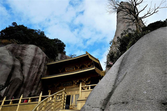 Ngỡ ngàng ngôi đền nặng 100 tấn nằm cheo leo giữa 2 đỉnh núi - Ảnh 3.