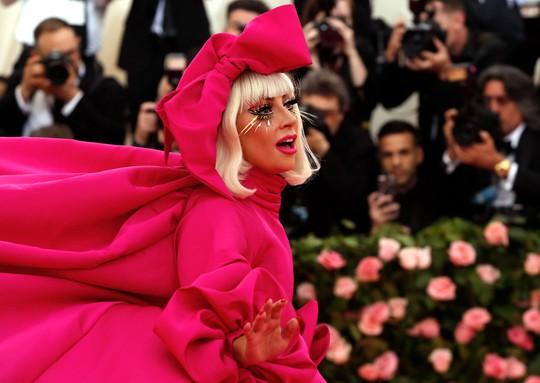 Lady Gaga khoe nội y, Katy Perry hóa đèn chùm - Ảnh 2.