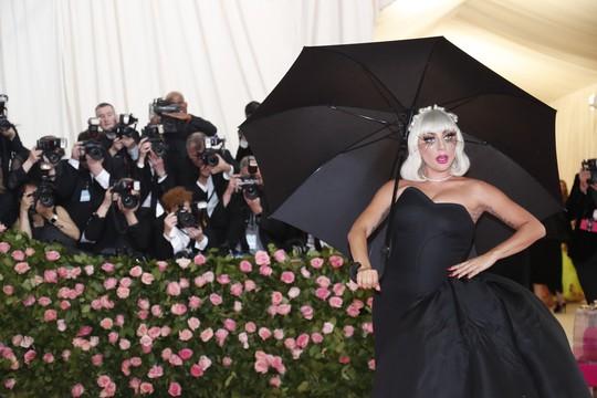 Lady Gaga khoe nội y, Katy Perry hóa đèn chùm - Ảnh 5.