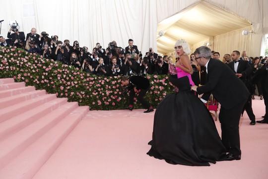 Lady Gaga khoe nội y, Katy Perry hóa đèn chùm - Ảnh 6.