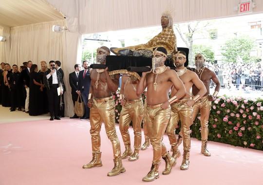 Lady Gaga khoe nội y, Katy Perry hóa đèn chùm - Ảnh 12.