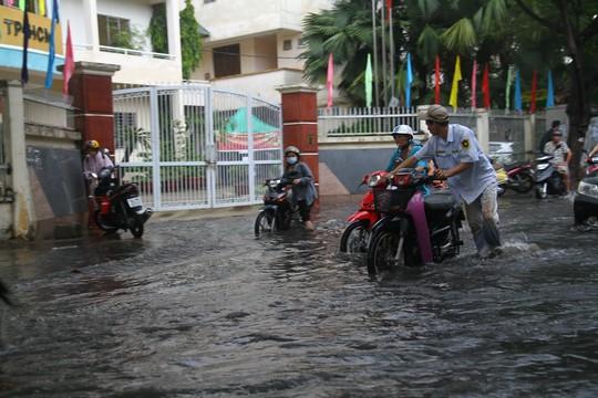 TP HCM ngập mênh mông, kẹt xe khắp nơi sau mưa lớn - Ảnh 5.