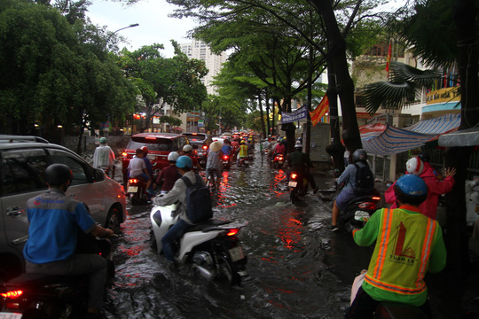 TP HCM ngập mênh mông, kẹt xe khắp nơi sau mưa lớn - Ảnh 6.