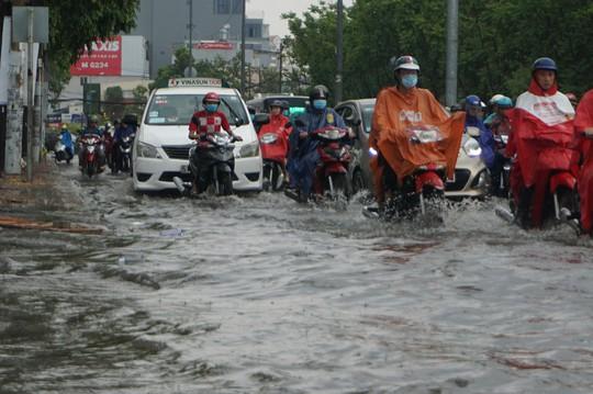 TP HCM ngập mênh mông, kẹt xe khắp nơi sau mưa lớn - Ảnh 3.
