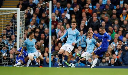 Kompany lập siêu phẩm, Man City soán ngôi đầu của Liverpool - Ảnh 3.