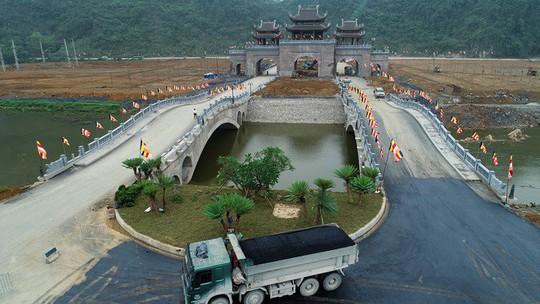 Chùa Tam Chúc gấp rút hoàn thiện trước ngày tổ chức Vesak - Ảnh 1.