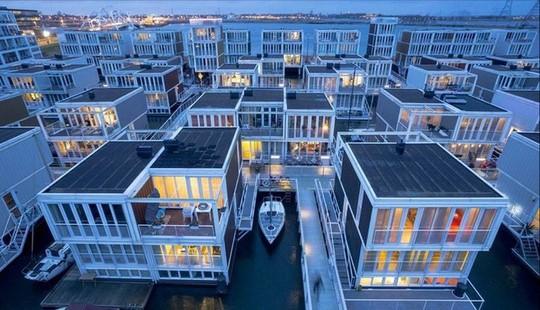 Chiêm ngưỡng cả trăm ngôi nhà được xây nổi trên mặt nước - Ảnh 2.