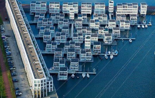 Chiêm ngưỡng cả trăm ngôi nhà được xây nổi trên mặt nước - Ảnh 3.