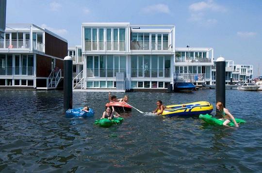 Chiêm ngưỡng cả trăm ngôi nhà được xây nổi trên mặt nước - Ảnh 8.