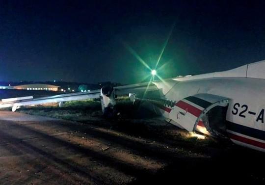 Máy bay trượt khỏi đường băng, phi công bị thương - Ảnh 1.