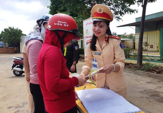 CSGT ra đường đổi hàng ngàn mũ bảo hiểm cho người dân - Ảnh 3.