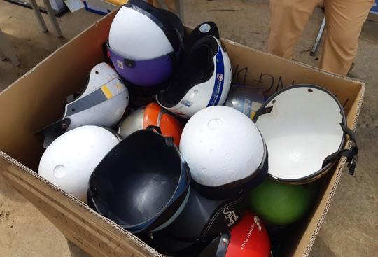 CSGT ra đường đổi hàng ngàn mũ bảo hiểm cho người dân - Ảnh 4.
