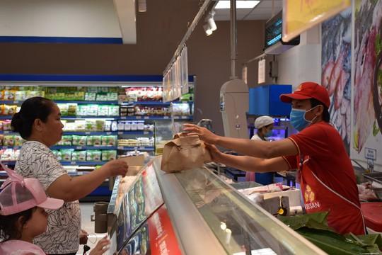 Khách hàng đi siêu thị thích thú dùng túi giấy, thùng các-tông thay túi ni-lông - Ảnh 7.