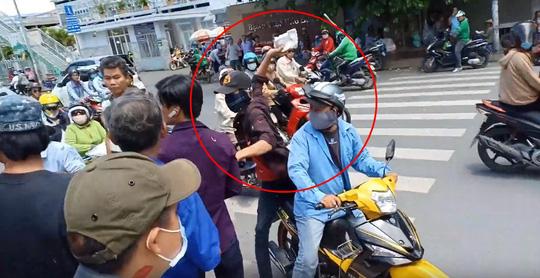 Diễn viên Lê Dương Bảo Lâm bị đánh khi phát cơm từ thiện: Diễn để quay phim? - Ảnh 3.