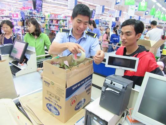 Khách hàng đi siêu thị thích thú dùng túi giấy, thùng các-tông thay túi ni-lông - Ảnh 6.