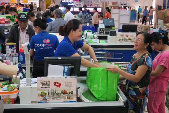 Khách hàng đi siêu thị thích thú dùng túi giấy, thùng các-tông thay túi ni-lông - Ảnh 5.