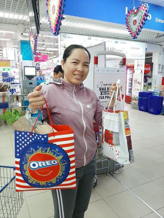 Khách hàng đi siêu thị thích thú dùng túi giấy, thùng các-tông thay túi ni-lông - Ảnh 4.