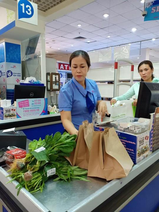 Khách hàng đi siêu thị thích thú dùng túi giấy, thùng các-tông thay túi ni-lông - Ảnh 2.
